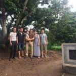 Khách thăm quan cây vải tổ