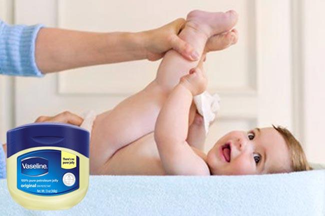 Sử dụng kem Vaselin để trị táo bón cho trẻ sơ sinh